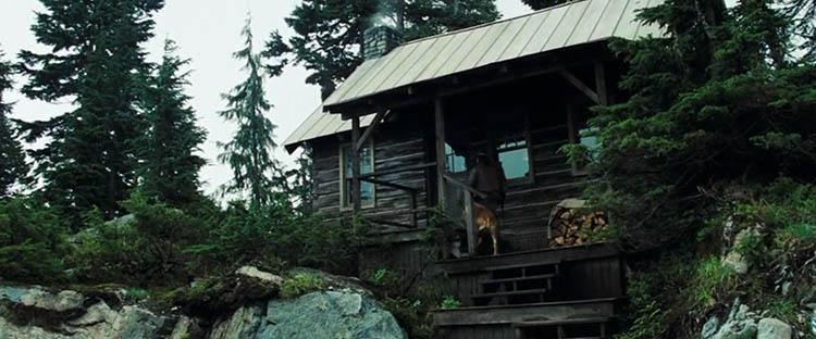 Fotograma de Shooter (2007): el protagonista, harto de la sociedad, se refugia en la Cabaña Primitiva.