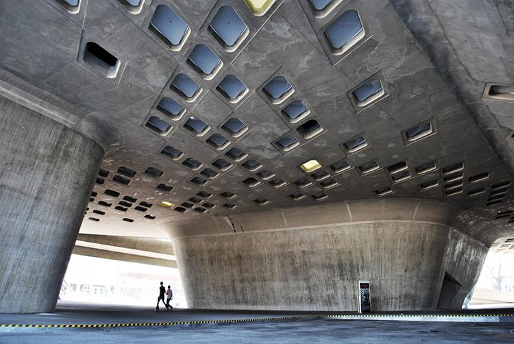 Figura 2. Centro de las ciencias Phaeno: el hormigón crea un edificio-paisaje.
