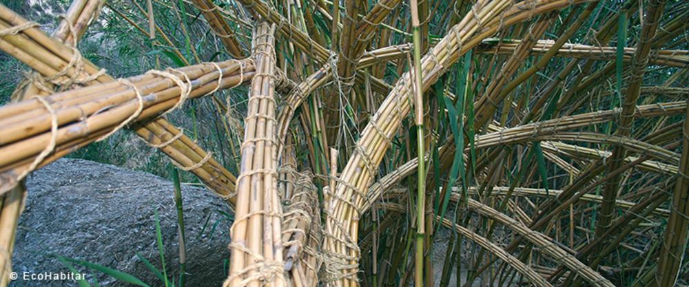 Trabajo con caña | Fuente: http://www.ecohabitar.org/tag/construccion-con-cana/